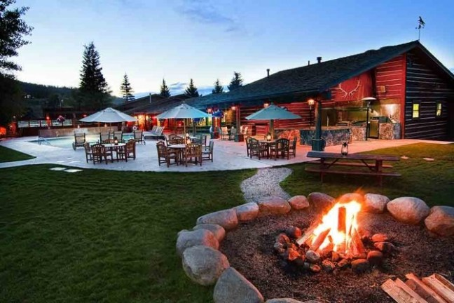patio-house-fire-pit-at-dusk-670x447