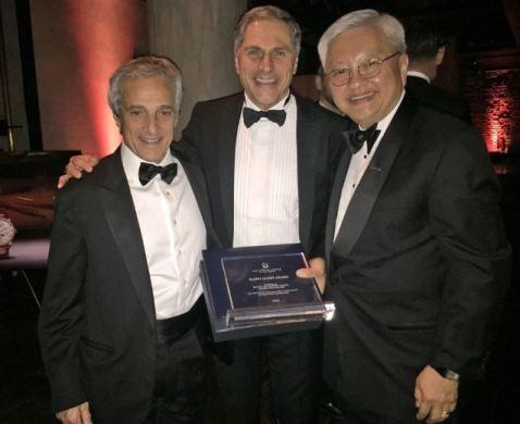 Scene da un premio: Roberto Naldi, Giuseppe Rossi e Ted Teng.