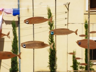Ecco i pesci in corten realizzati per l'installazione a Eboli di Cristina Mazzucchelli.