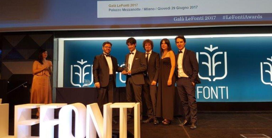 Il team di DrawLight ritira Le Fonti Award.