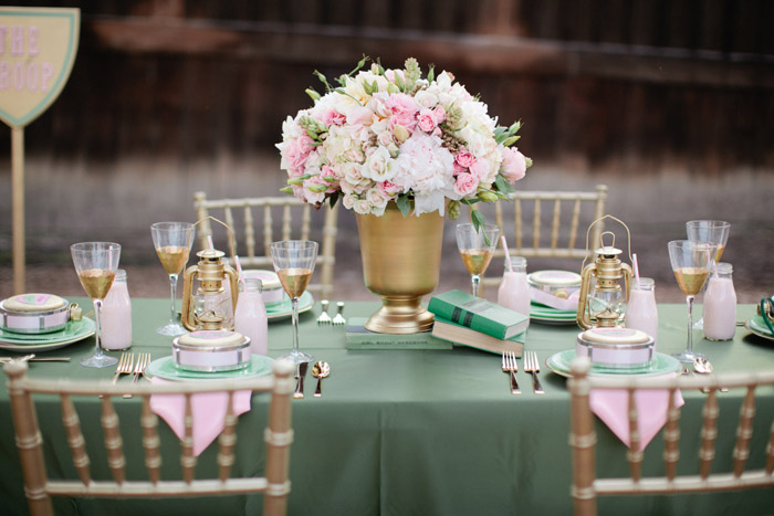Gold and green table setting. Beau & Arrow Events. Photo by Swoon by Katie. www.theweddingnotebook.com