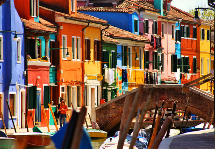 Burano, Venice. 16 Colourful Places In The World For Your Bridal Portraits. www.theweddingnotebook.com