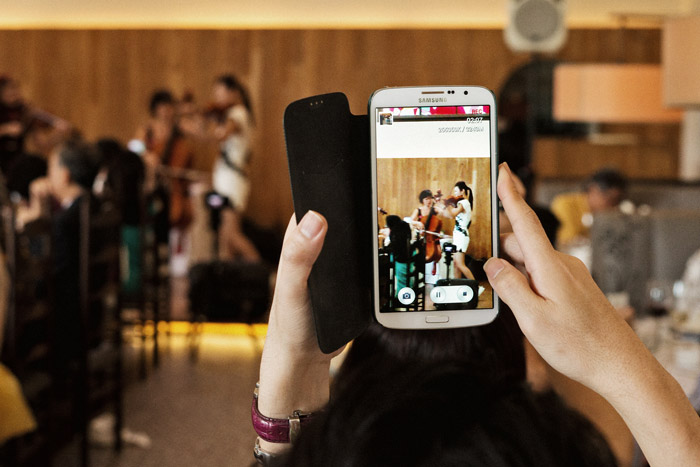 Selfies: A New Era In Wedding Day Photography. Photo by thegaleria. www.theweddingnotebook.com