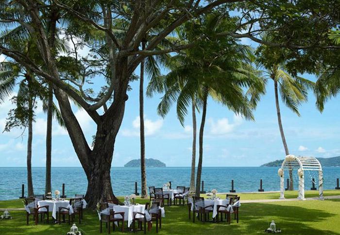 Shangri-la's Tanjung Aru garden wedding. www.theweddingnotebook.com