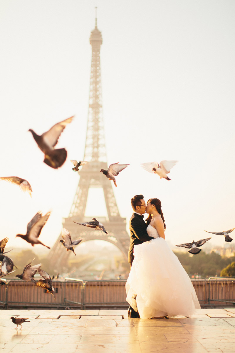 Destination bridal portraits in Paris. Photo by Adam Ong Photography. www.theweddingnotebook.com