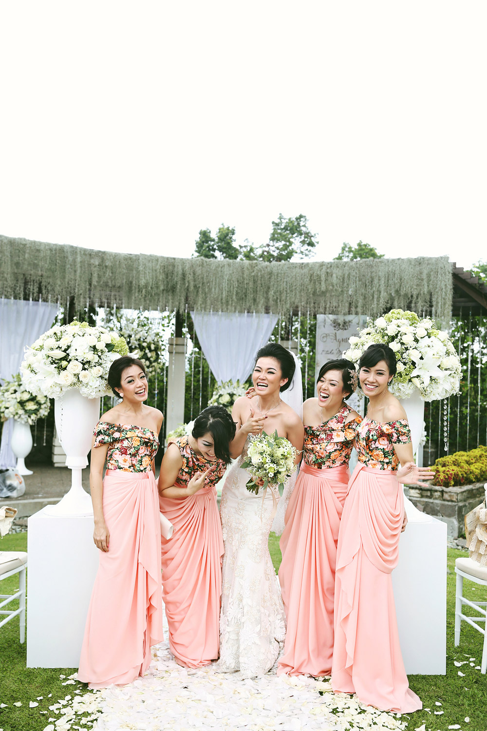 Bridesmaids in coral colour. Photo by Axioo. www.theweddingnotebook.com