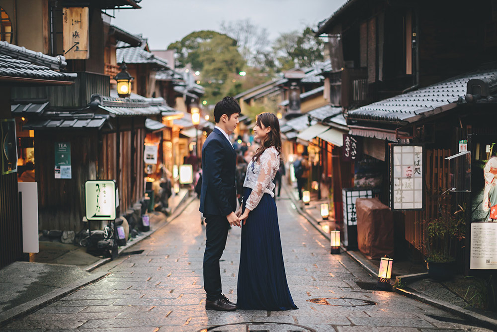 Gion Kyoto. Photo by History Studio. www.theweddingnotebook.com