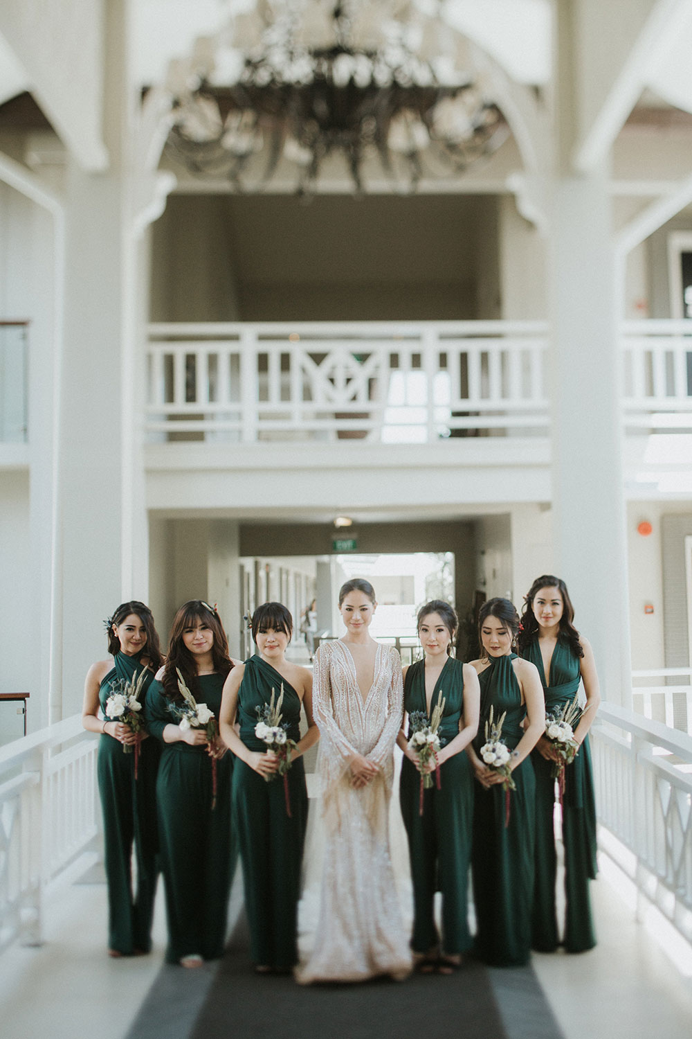 Forest green bridesmaids jumpsuits. Photo by Iluminen. www.theweddingnotebook.com