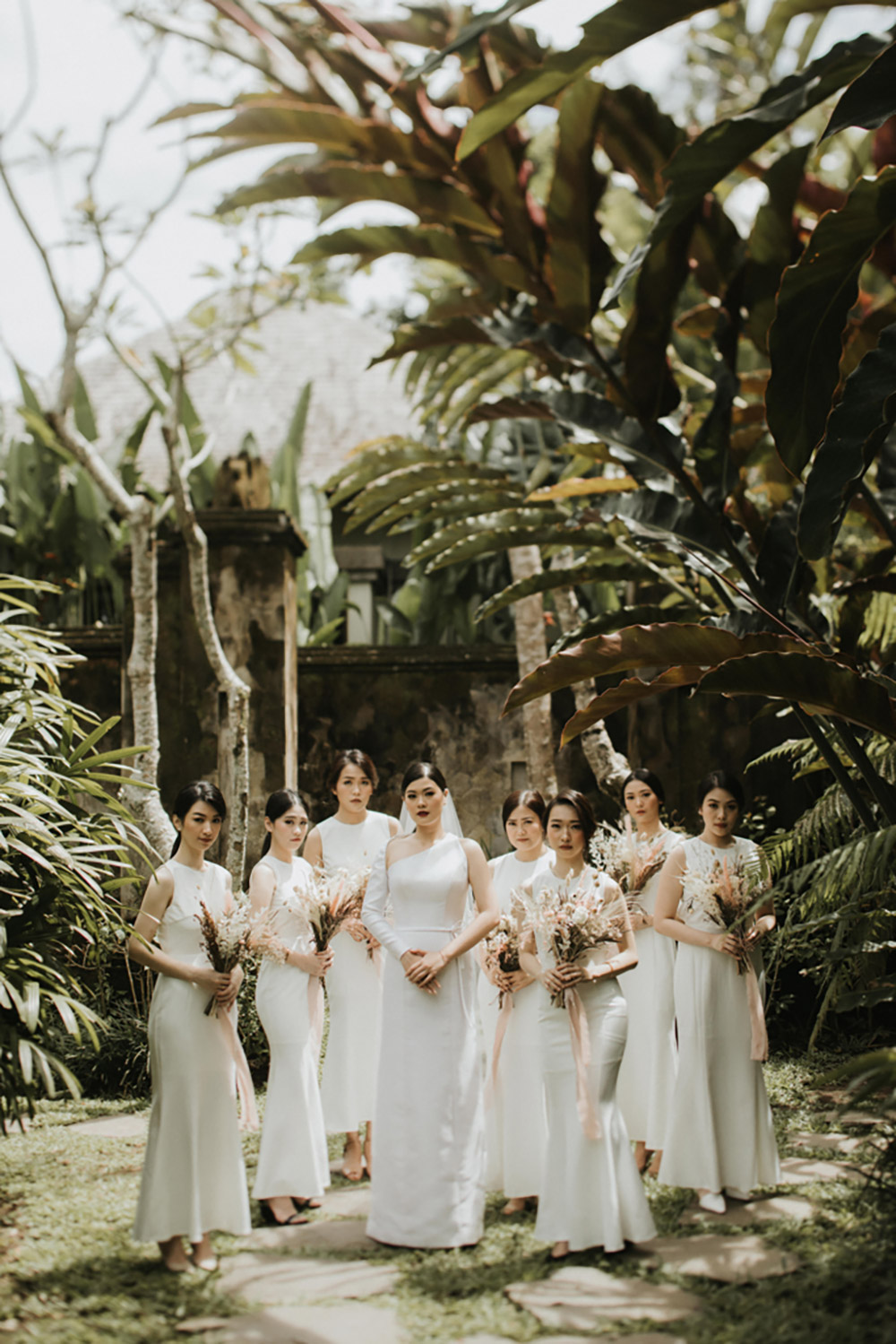 Bridesmaids in all white. Photo by Iluminen. www.theweddingnotebook.com