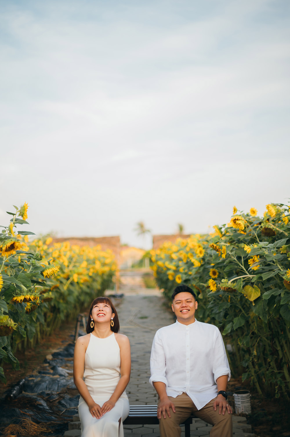 Wedding portraits in a sunflower garden in Malaysia. Photography Justmarrywedding. www.theweddingnotebook.com