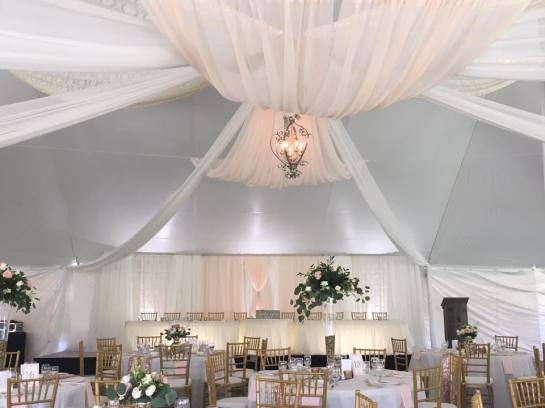 Decor, rentals & floral: Devine Wedding Design | Photo: Devine Wedding Design