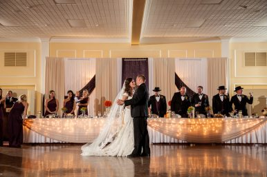 Venue: Bingemans | Photo: David & Kara Wedding Imagery