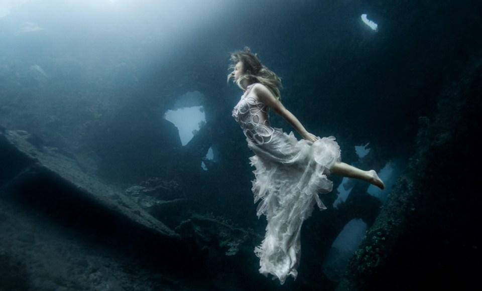 pre-wedding photoshoot locations indonesia - Tulamben Shipwreck - Pinterest