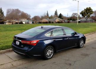 17 Toyota Avalon Hybrid is stylish and efficient.