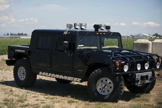 A 1996 Hummer once owned by rapper Tupac Skakur is being auctioned.
