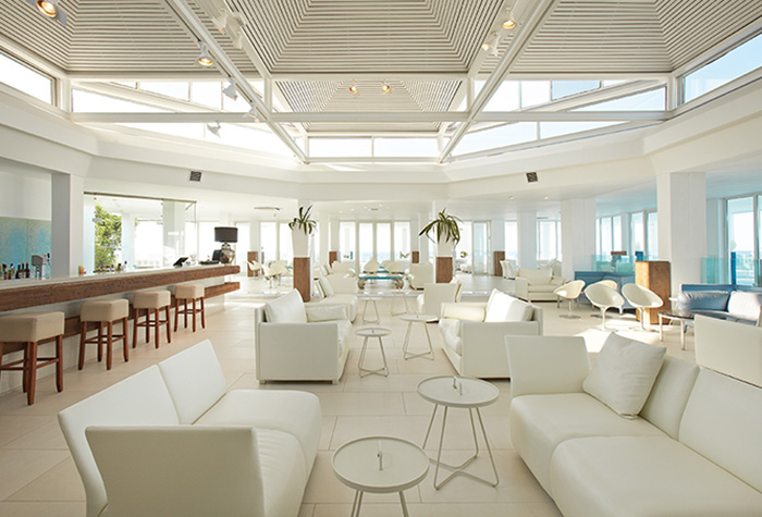 lounge-bar-in-white-palace-crete