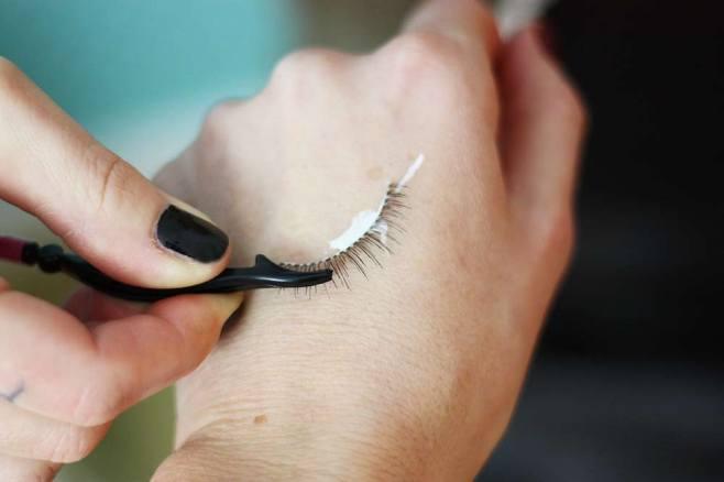 Das Wimpernband mit Kleber benetzen