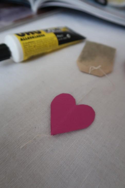 Den Faden zwischen die Herzen kleben