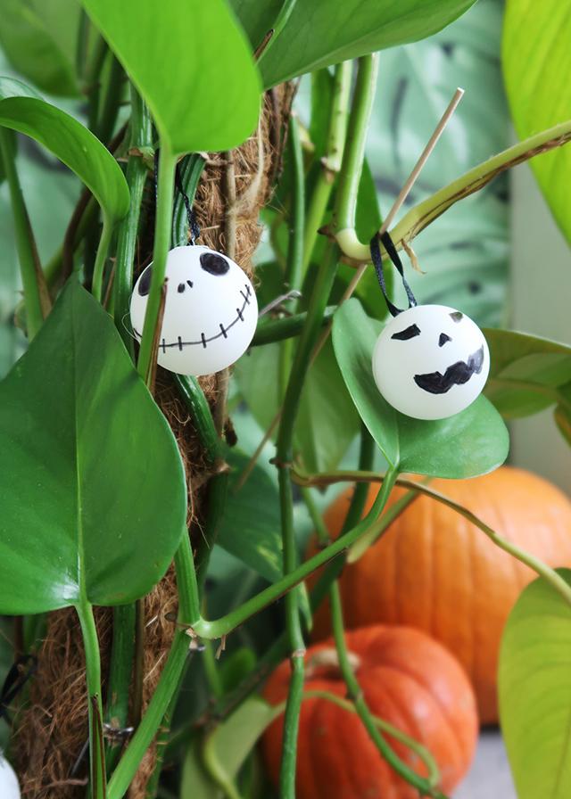 Schaurig schönes Halloween DIY – Dekoanhänger aus Tischtennisbällen   | Mi-Mini