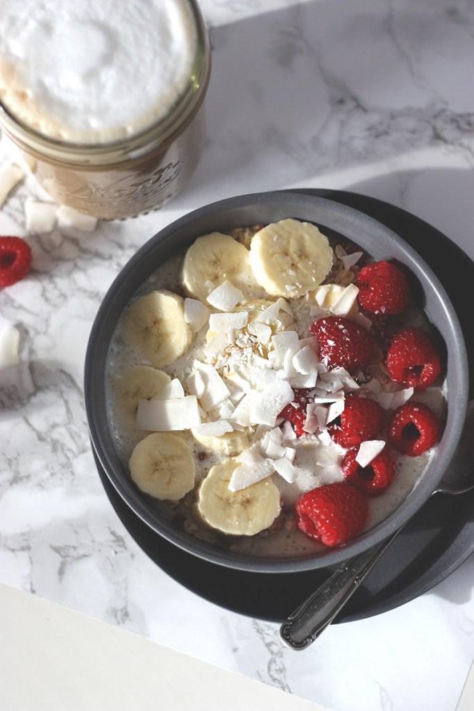 Frühstücksbowl mit Bananenmilch, Himbeeren und Kokosflocken – California Style