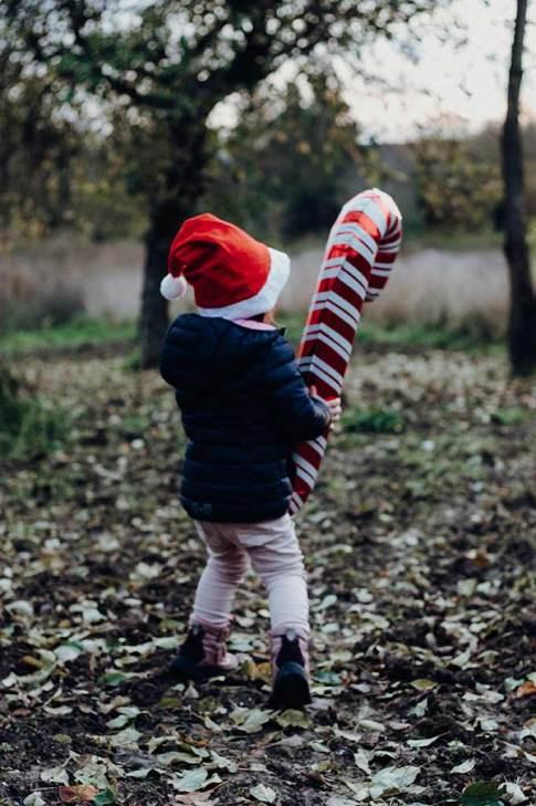Weihnachtswichtel-mit-zuckerstange