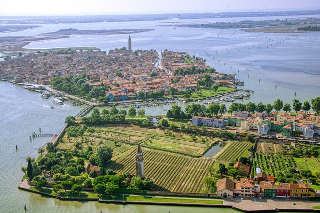 The Venissa vineyard in the foreground of an aerial view ©Nevio Doz