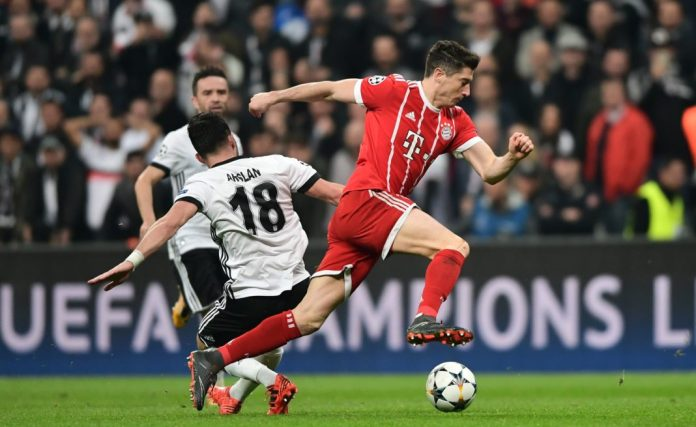 Bayern Munich's Polish forward Robert Lewandowski (R) controls the ball as he passes Besiktas midfielder Tolgay Arslan during the second leg of the last 16 UEFA Champions League football match between Besiktas and Bayern Munich at Besiktas Park in Istanbul on March 14, 2018. / AFP PHOTO / OZAN KOSE (Photo credit should read OZAN KOSE/AFP/Getty Images)