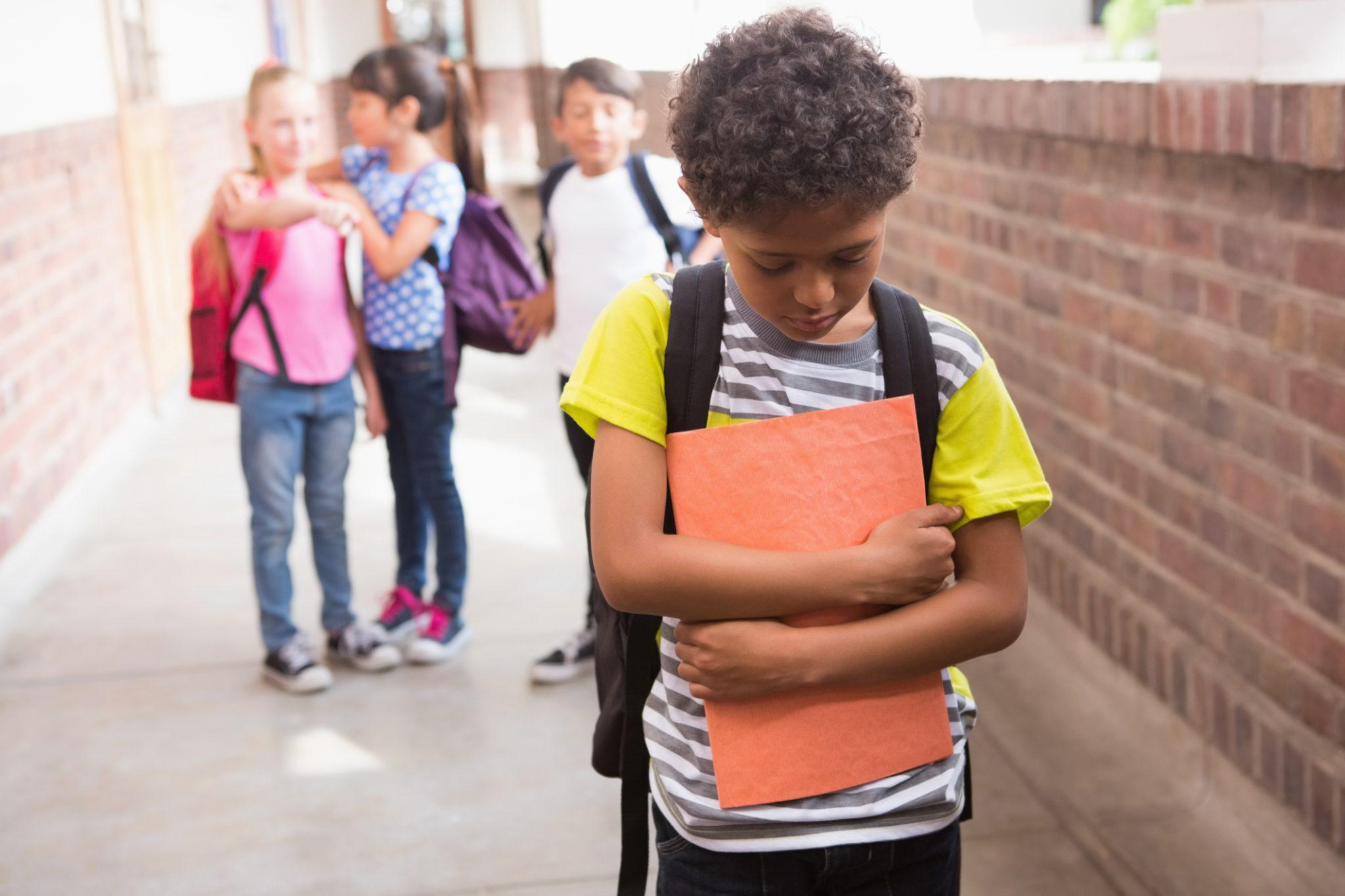 Essere esclusi in classe: quando il bullismo non è solo lividi