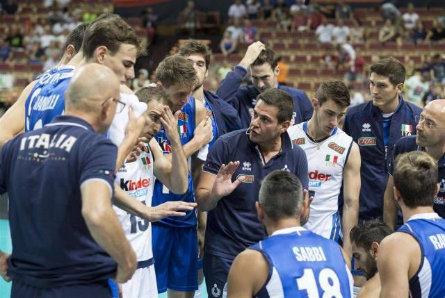 Coach Blengini istruisce i suoi durante gli Europei.