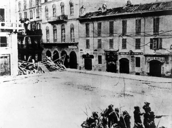 """Barricate dei protestanti e bersaglieri del Regno d'Italia in Piazza Duomo durante i """"moti dello stomaco"""", 1898. (Wikipedia)"""