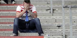 Un tifoso dell'Amburgo piange per la retrocessione del club per la prima volta in Zweite Liga. Foto: AP.