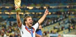 Mario Gotze solleva la Coppa del Mondo, decisa dal suo gol contro l'Argentina al Maracanà. Foto: Tim Groothuis/Witters Sport via USA TODAY Sports.