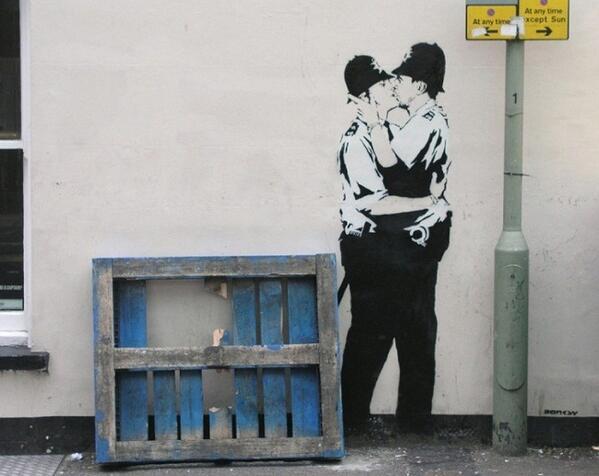 poliziotti bacio
