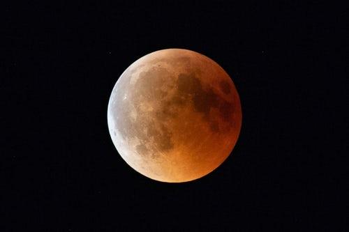 La luna del mito e della doppiezza