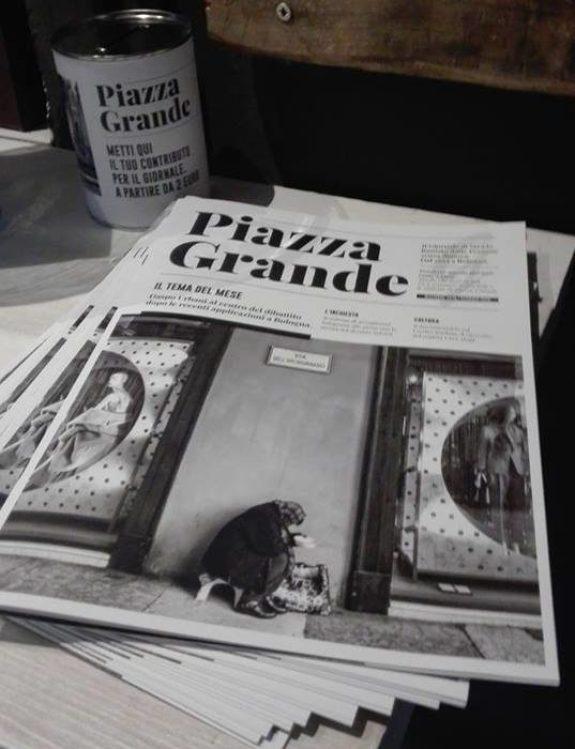Piazza Grande in offerta in uno dei punti fissi: lo Spazio Eco di Casalecchio di Reno, Bologna. Come recita la scritta sul barattolo, il contributo volontario per il giornale parte da due euro.