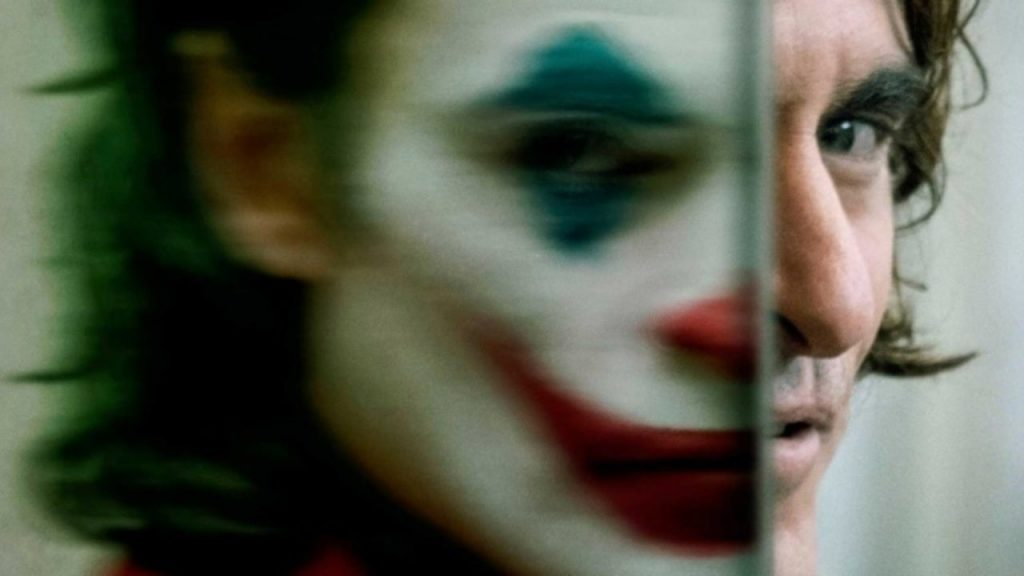 Joker, il cinecomic d'autore omaggia Scorsese e spaventa gli Usa
