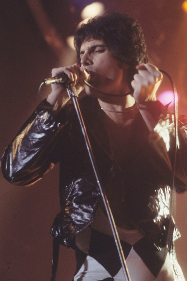 Freddie+Mercury+passionately+sings+at+a+Queen+concert.