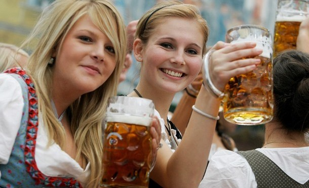 Confirmed: Hot girls love beer!