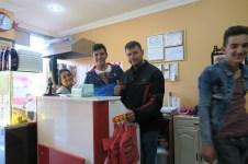Ibrahim und seine Crew im Cig Köfte Laden