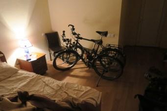 Die Räder schlafen auch im Motelzimmer