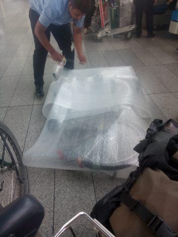 Fachmännisch werden die Räder verpackt - für ca. 10 $ pro Rad