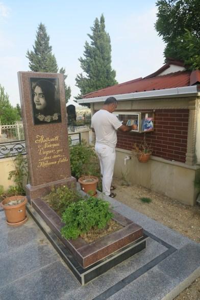 Am Grab von Nermin, das Bücherregal wird aufgefüllt