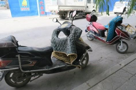 So halten sich die Mopedfahrer warm