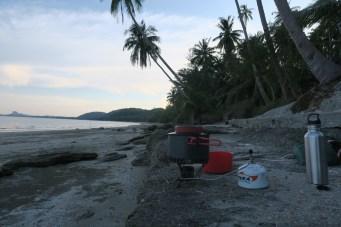Abendessen kochen unter Palmen