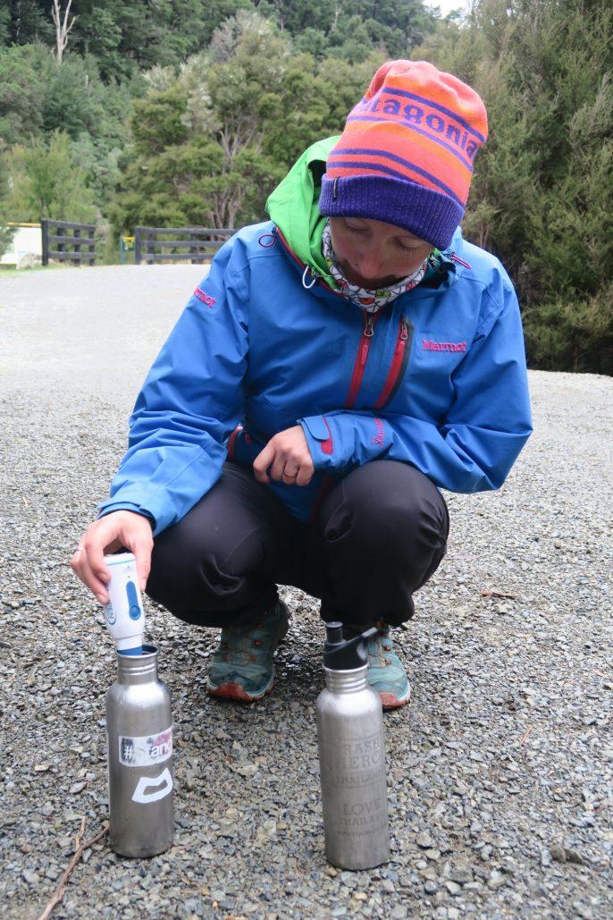Toni bearbeitet Flusswasser mit dem Steripen