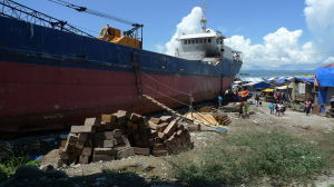 Ship_washed_ashore_at_Anibong,_Tacloban_during_Haiyan1