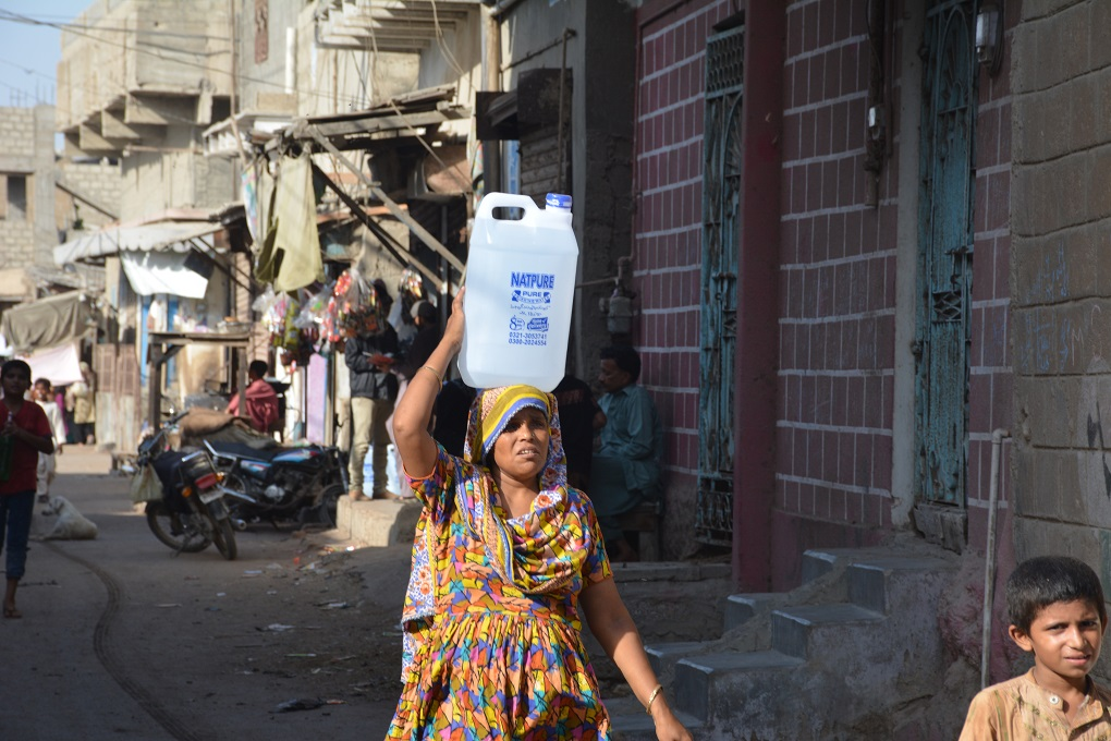 Pakistani-woman carrying water