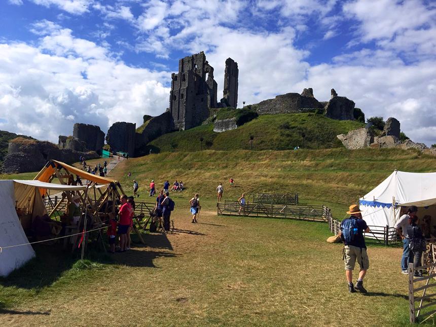 """castillo de corfe Escenarios de """"La Bruja Novata"""" – Castillo de Corfe Castillo de Corfe Corfe Castle Dorcel"""