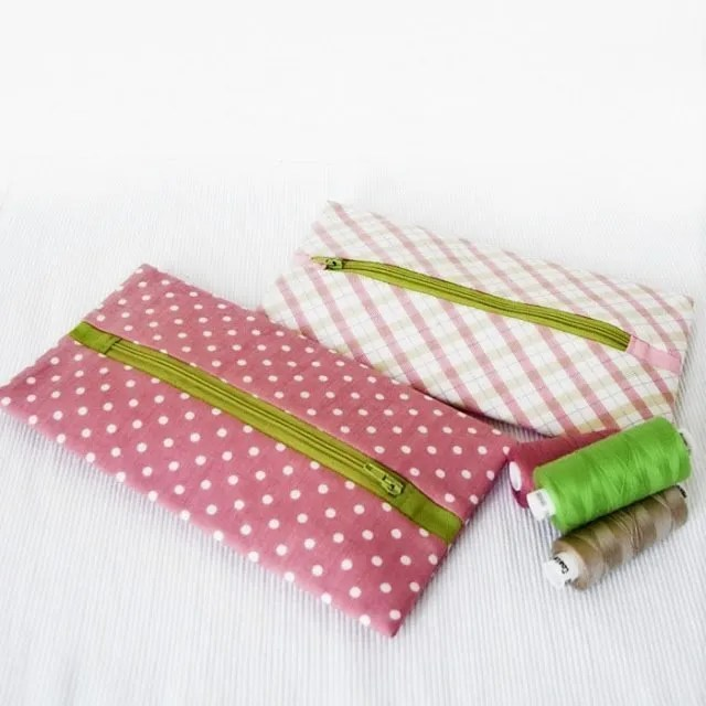DIY Zipper pouch tutorial. Christmas gift ideas for quilters
