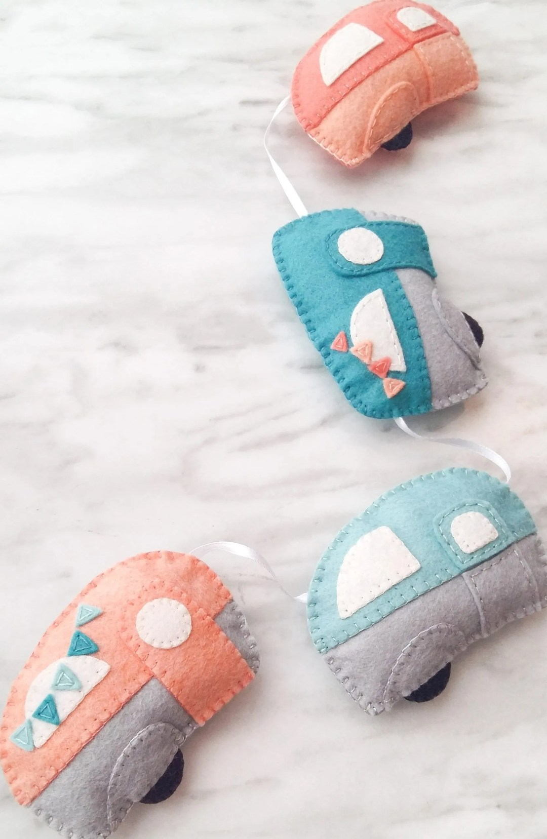Cute DIY decor for a nursery or playroom. Free pattern and tutorial for these adorable DIY felt caravans. This project is a fantastic way to use up some felt scraps that are too precious to throw away! DIY wool felt trailers with free pattern. DIY kids decor ideas.